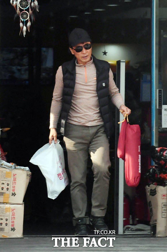 안희정 전 충남도지사가 15일 오전 경기도 모처 상가에 들러 캠핑관련 물품을 구매한 후 차량으로 돌아가고 있다. /임영무 기자