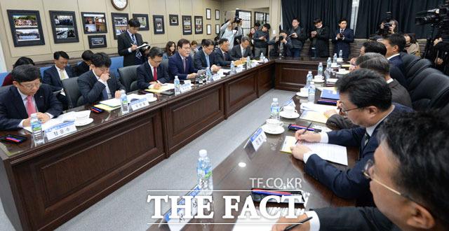 21일 오전 서울 마포구 상암동에 위치한 성장성 특례 상장 1호 바이오 기업 셀리버리에서 자본시장 혁신을 위한 현장간담회가 열리고 있다.