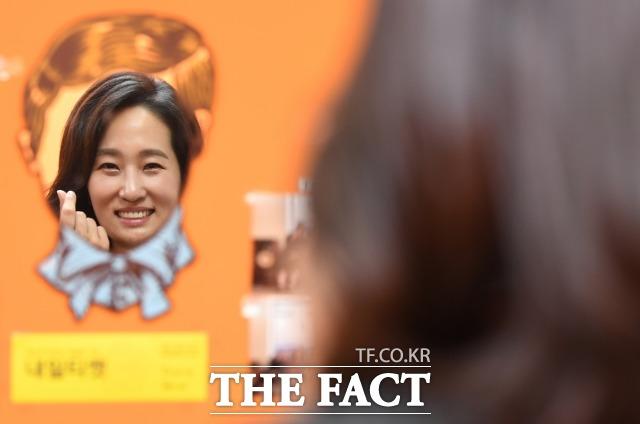 김수민 바른미래당 의원은 지난 국정감사에서는 한복을 입어 화제가 됐다. 최근엔 눈물로 청주 예산을 증액한 사실이 알려지며 또 화제가 됐다. <더팩트>와 만난 김 의원이 인터뷰 직후 자신의 사무실에 걸린 거울을 보며 웃는 모습. /국회=이새롬 기자