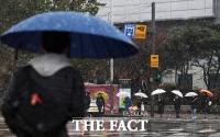 [TF사진관] '우산 쓰고 걷는 첫 눈 거리'