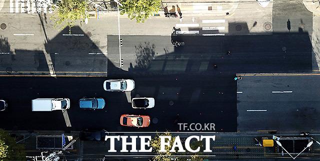 보행자-차량 뒤섞인 임시포장로 서울 마포구 대흥동의 한 도로가 공사 후 노면표시를 하지 않아 운전자와 시민들이 뒤섞이는 아찔한 상황이 발생하고 있다. 임시포장로라 할지라도 안전을 위해 더욱 눈에 띄는 표시를 할 필요가 있어 보인다.