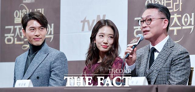 김의성(오른쪽)을 바라보는 눈빛도 그윽하게~