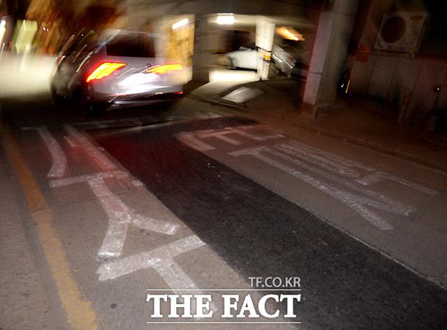 미관 해치는 골목길 서울 서초구 방배동의 한 도로가 공사 후 노면표시를 하지 않아 도시 미관을 해치고 있다.
