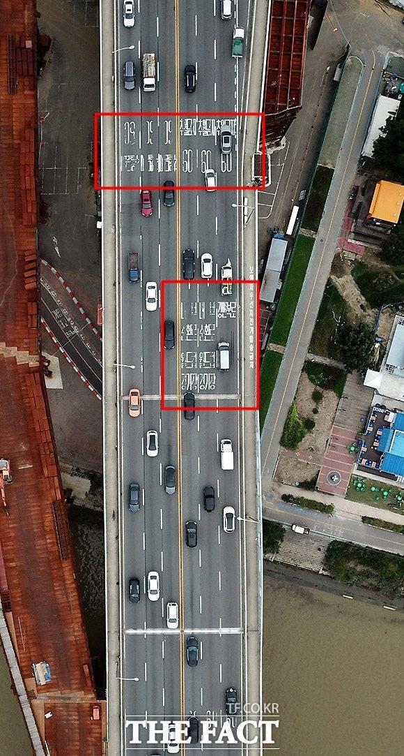 서울 성산대교 북단 도로의 노면표시가 훼손돼 운전자들이 불편을 겪고 있다. /이효균 기자