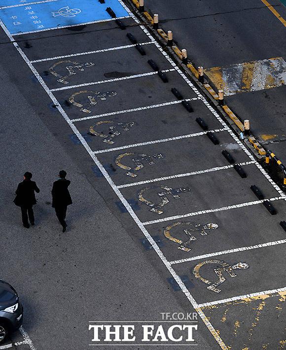 관심 가져야 할 장애인 주차구역 서울 용산구의 한 공용주차장 장애인 노면표시가 흐릿하게 보이고 있다.