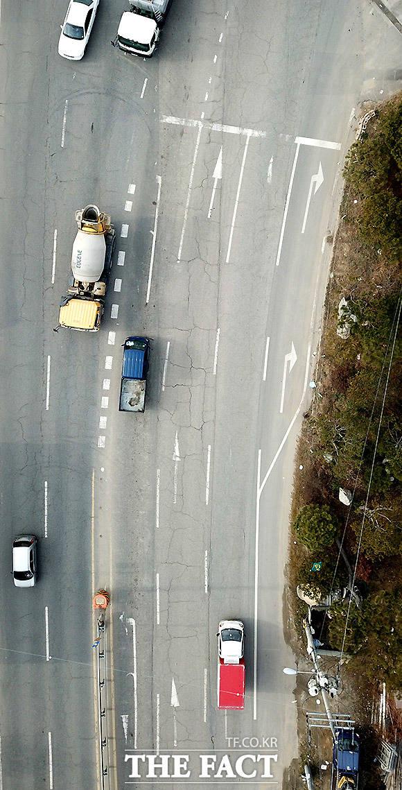 나는 어디로? 경기도 광주시 오포읍의 한 도로. 직진과 좌회전, 유턴 등 노면표시가 시야에 안 보여 운전자가 위험에 노출돼 있다.