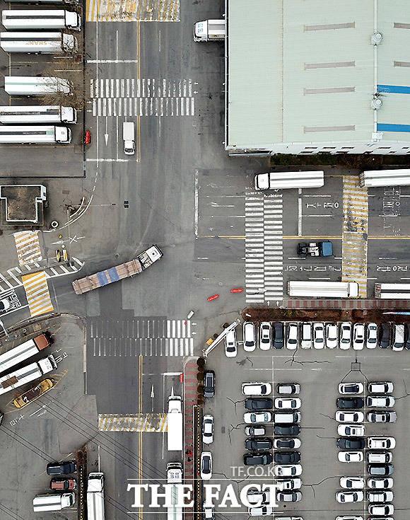 재도색 필요한 물류센터 경기도 군포시 군포물류센터 내 횡단보도와 신호, 과속방지턱 등 노면표시가 오래돼 흐릿하게 보이고 있다.