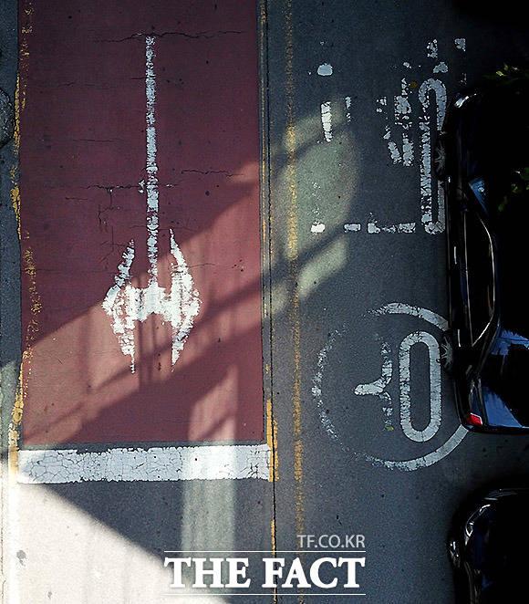 학교 앞, 꼭 필요한 재도색 경기도 시흥시 장현동 장현초등학교 인근 도로. 어린 학생들을 위해서라도 노면표시를 정확히 해 운전자들의 안전운전을 유도해야 한다.