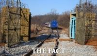 [TF포토] 비무장지대 통문 통과하는 남북공동철도조사단 열차