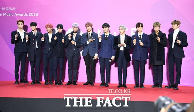 프로젝트 그룹 워너원은 1일 오후 서울 구로구 고척스카이돔에서 열린 2018 멜론 뮤직 어워드에서 올해의 레코드상을 받았다. /임세준 기자