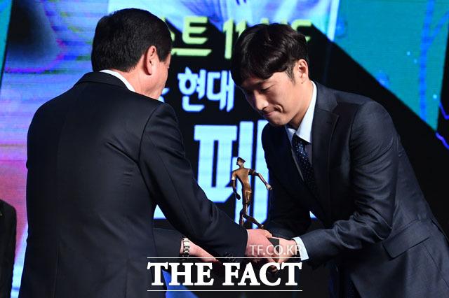 최강희 감독에게 트로피 받는 경남FC 미드필더 최영준