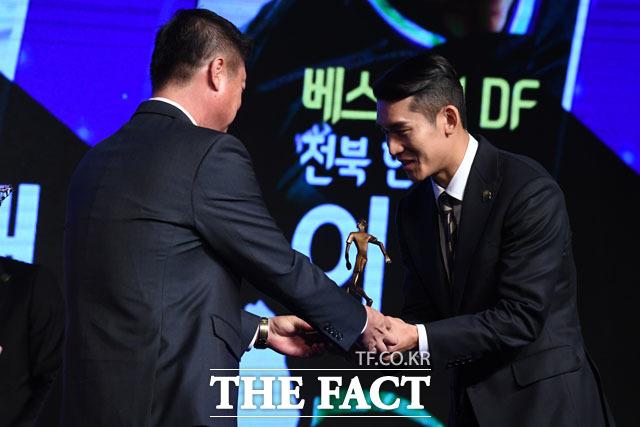 전북 현대 이용(오른쪽)