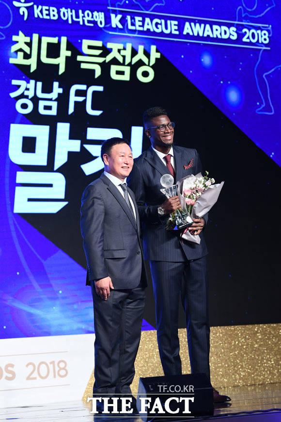시상자인 허정무 감독과 기념촬영