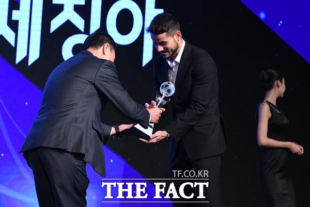 K리그1 최다 도움상을 수상한 대구 FC 세징야(오른쪽)