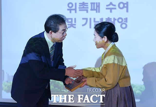 문화예술인 명예시장으로 위촉된 명창 안숙선 씨(오른쪽)와 악수하는 박원순 시장