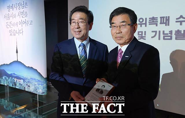 어르신 명예시장으로 위촉된 고영재 전 경향신문 대표이사(오른쪽)