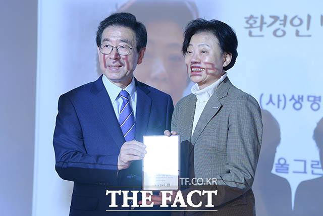 환경인 명예시장으로 위촉된 생명의 숲 국민운동 공동대표 지영선 씨(오른쪽)