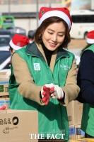 [TF포토] 김성령, '행복을 나누는 산타'