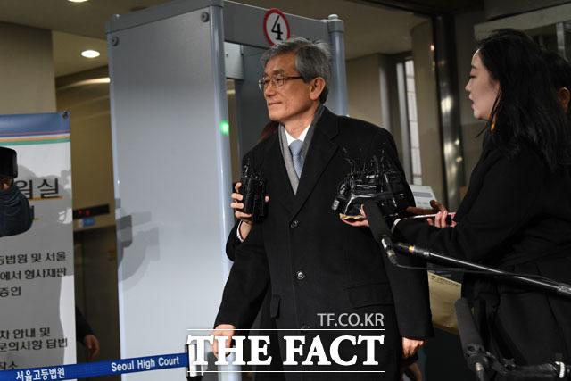 긴장한 탓에 법원 출입구 지나치는 고영한 전 대법관