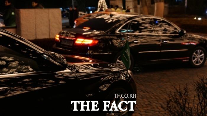 일왕의 생일 기념 리셉션이 열리는 호텔 입구는 외교 사절 차량들로 가득했다. 사우디아라비아 국기를 단 차량. /임현경 기자