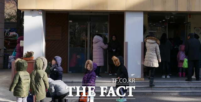 유교과 학생들은 유아교육을 좋은 사람으로 자라도록 돕는 과정이라고 말했다. 지난 7일 서울 동작구에 위치한 모 사립유치원에서 아이들이 교사의 지시에 따라 한줄 서기를 하는 모습. /문혜현 기자