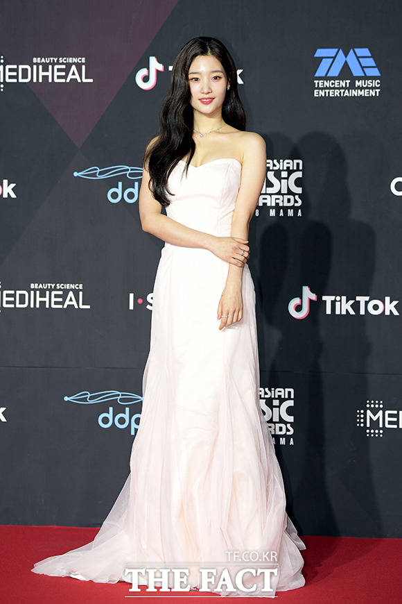 걸그룹 다이아의 정채연 청순하면 화이트 드레스!