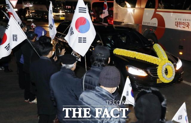 11일 오전 서울 강남구 삼성서울병원 장례식장에서 고 이재수 전 기무사령관의 발인이 엄수되고 있다. 보수단체 회원들이 이 전 사령관 운구차 이동 길목에서 태극기를 들고 서 있다./뉴시스