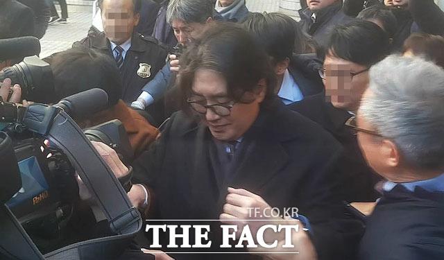 이호진 전 회장이 공판을 마치고 귀가하는 길에 취재진에게 둘러싸여 질문을 받고 있다.