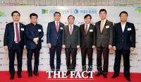 [TF포토] '인터넷신문인의 밤' 참석한 자유한국당 김병준위원장