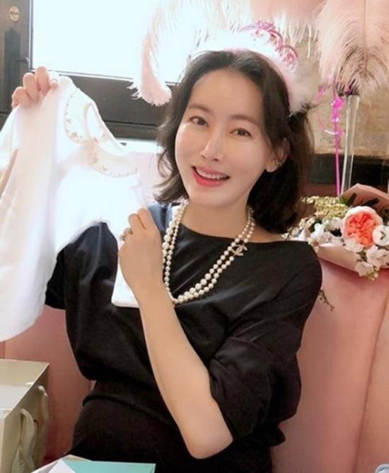배우 정양이 13일 세 아이의 엄마가 된 소식을 알리자 누리꾼들이 다양한 반응을 보였다./정양 SNS