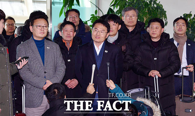 취재단 질문에 답변하는 박상돈 공동단장