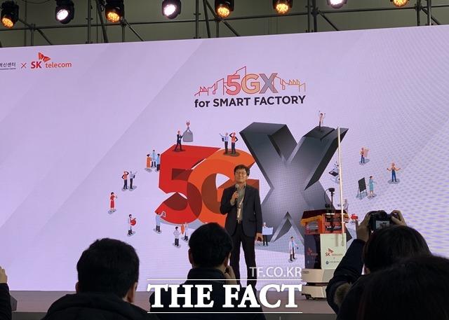 SK텔레콤은 20일 경기도 안산시에 위치한 스마트제조혁신센터에서 5G 스마트팩토리 확산 전략을 발표했다. 장홍성 SK텔레콤 IoT·데이터 사업단장이 5G 스마트팩토리 솔루션에 대해 설명하고 있다. /안산=서민지 기자