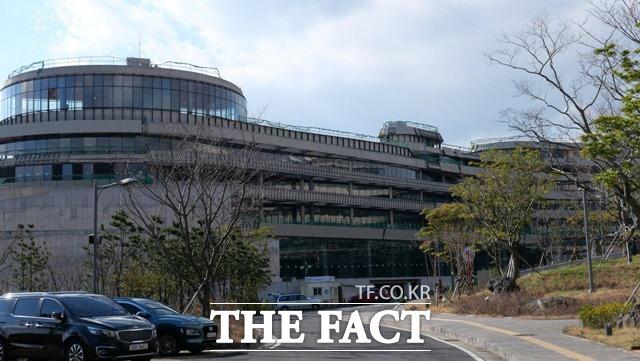 녹지국제병원 헬스타운의 여러 건물은 공사 중이었다. 그러나 공사를 하는 인부 등은 쉽게 눈에 띄지 않았다. 공사 중인 녹지국제병원 헬스타운 건물.