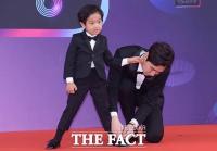 [TF포토] '아들바보' 고지용, '신발끈 묶어주는 자상한 아빠'