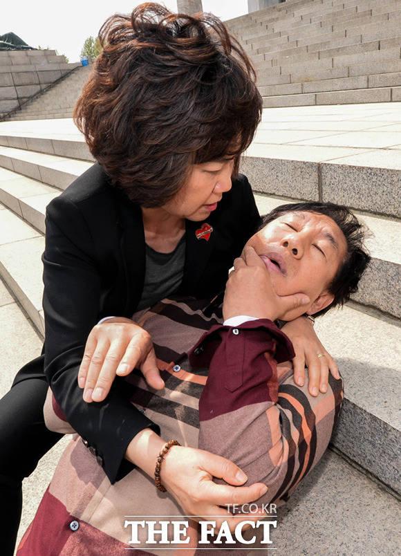 괴한 폭행에 쓰러진 김성태 드루킹 특검 도입을 요구하며 무기한 단식 투쟁을 하던 김성태 자유한국당 원내대표가 5월 5일 서울 여의도 국회 본청 앞에서 한 괴한에게 폭행을 당해 쓰러져 있다. /이동률 기자