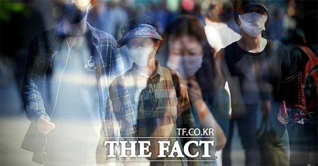 황사의 위협, 마스크 착용한 시민들 중국발 황사의 영향으로 대부분 권역에 미세먼지 농도가 높게 나타난 23일 오후 서울 서초구 일대에서 시민들이 마스크를 착용하고 거리를 걷고 있다. 사진은 3매 다중노출./이덕인 기자