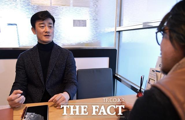 이 전 행정관이 지난 24일 서울 마포구의 모처에서 <더팩트> 취재진과 대화를 나누는 모습. /이덕인 기자