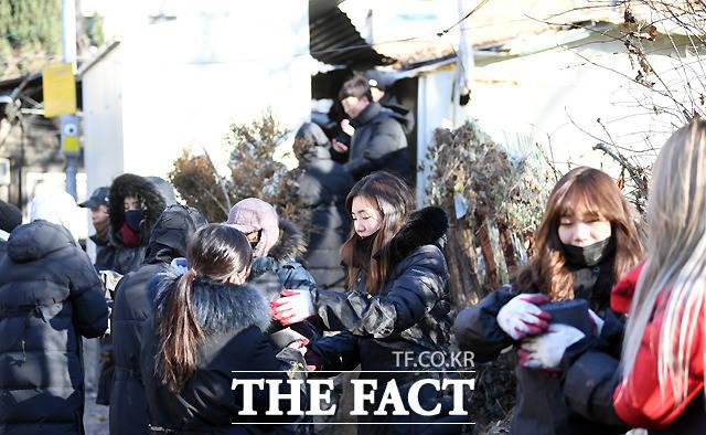 광고대행업체 인터오리진 임직원들이 27일 오후 서울 관악구 남현동을 찾아 사랑의 연탄 나눔 봉사를 하고 있다. /이새롬 기자