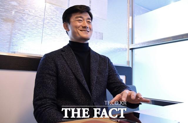 이 전 행정관이 <더팩트> 취재진과 대화를 나누다 활짝 웃고 있다. /이덕인 기자