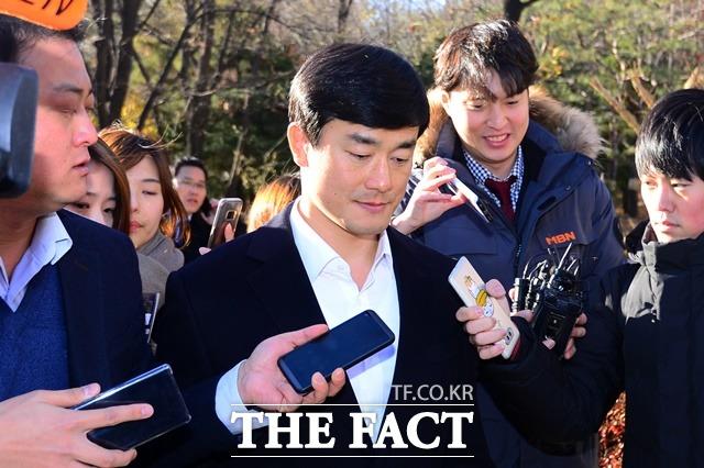 이 전 행정관이 지난해 11월30일 서울 서초구 서울고등법원에서 열린 항소심 선고공판에서 집행유예를 선고받고 풀려난 후 법원을 떠나고 있는 모습. /남용희 기자