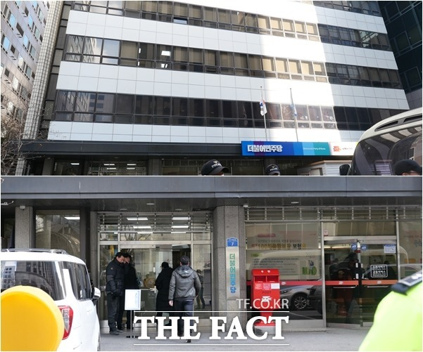 민주당은 1층 일부(서울여의도 광장우체국)을 제외한 건물 전체를 사용하고 있다. 민주당사 전경(위)과 외부인을 통제하고 있는 입구 모습. /임현경 기자