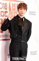 [TF포토] MBC연예대상 밝히는 '강다니엘의 손인사'
