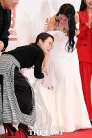 [TF포토] 박슬기, '경리 드레스는 내 손에'