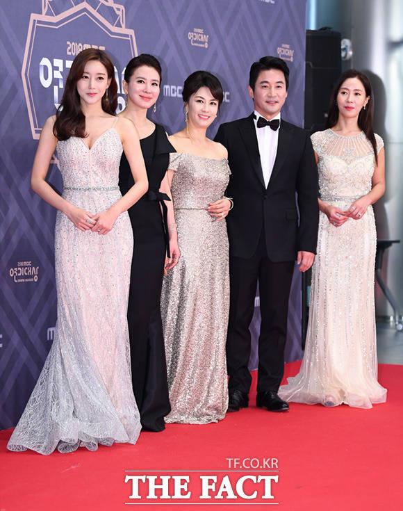 드라마 비밀과 거짓말의 오승아와 이일화, 김혜선, 전노민, 김희정(왼쪽부터)