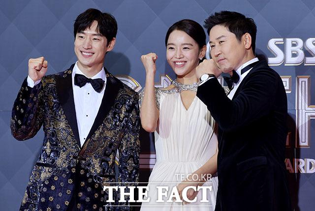2018 SBS 연기대상이 31일 오후 서울 마포구 상암산로 SBS프리즘타워에서 열린 가운데 진행을 맡은 배우 이제훈과 신혜선, 방송인 신동엽(왼쪽부터)이 포토타임을 갖고 있다. /이덕인 기자