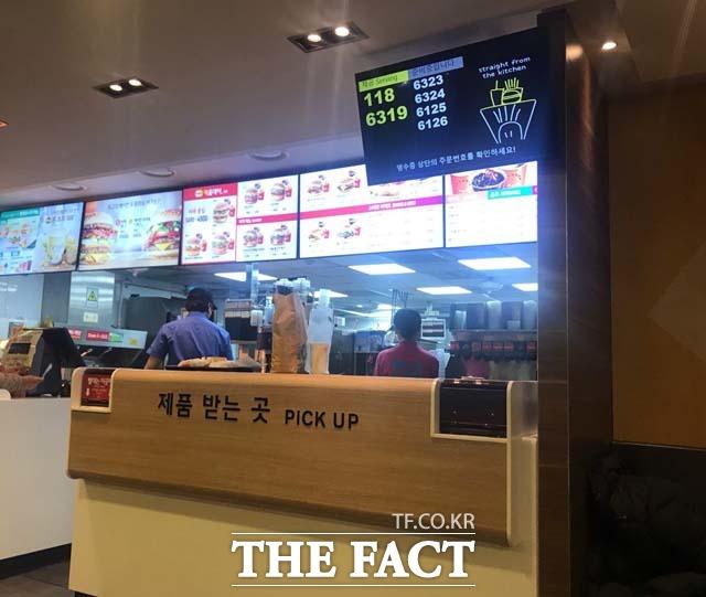 6일 햄버거 투척 사건이 일어난 서울 은평구 연신내역 인근에 있는 맥도날드 매장을 찾았으나, 직원들은 사건 관련 질문에 말을 아꼈다. /연신내=김서원 인턴기자