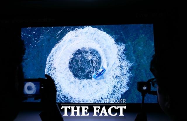 삼성전자 2019년형 더 월은 마이크로 LED가 제공하는 화질로 대형 화면에서 압도적인 몰입감을 제공한다.