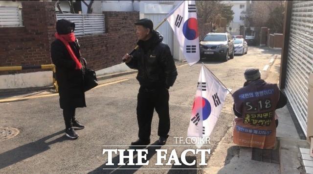 7일 오후 2시로 예정된 태극기집회를 앞두고 일찍부터 모여든 사람들이 5·18 민주화운동을 두고 말다툼을 하기도 했다. /문혜현 기자
