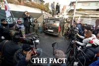 [TF포토] 재판 불출석한 전두환…자택 앞 모여든 보수단체