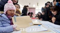 [TF포토] 초등학교 예비소집, '저도 이제 초등학생입니다~'